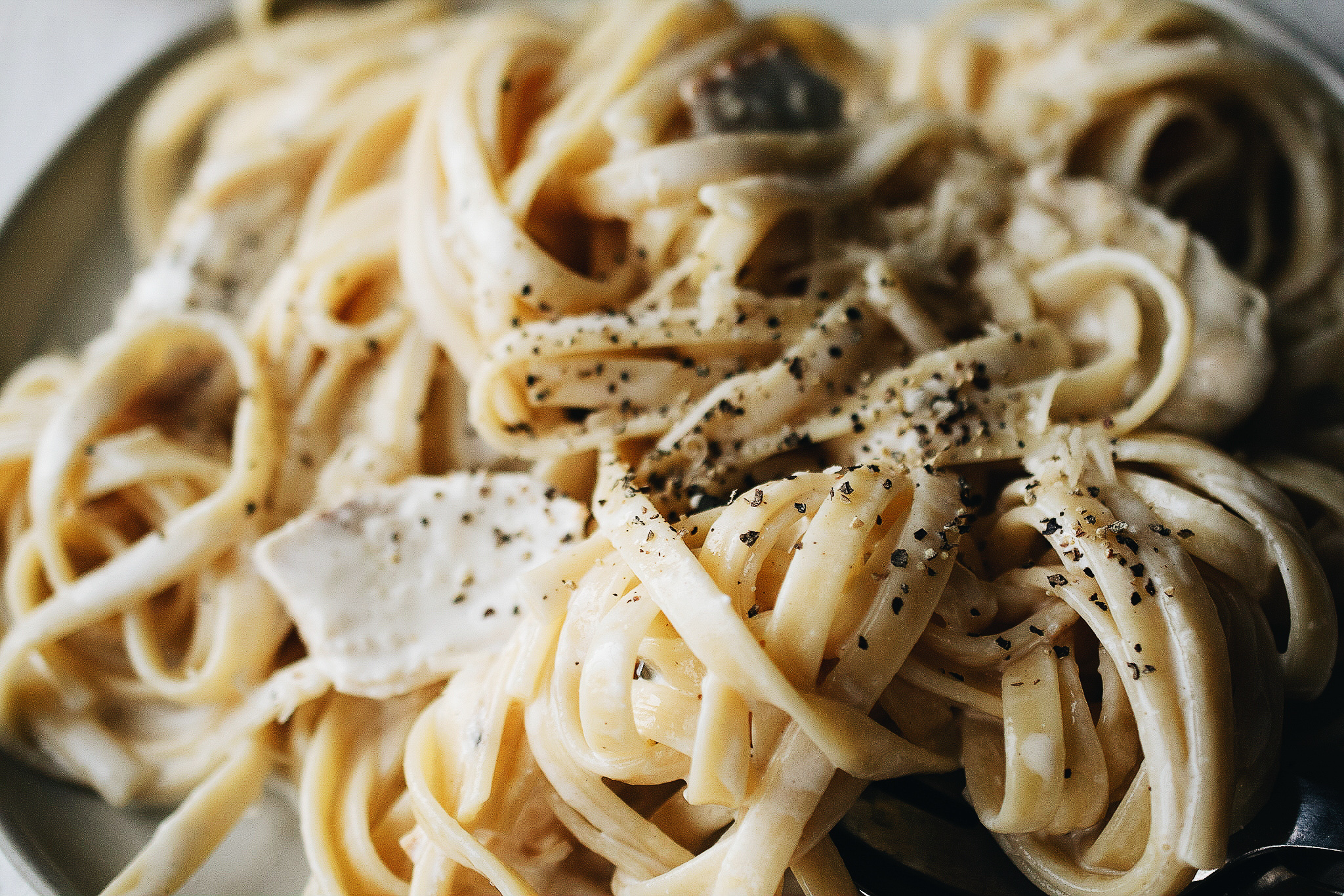 close up of creamy homemade authentic fettuccine alfredo with chicken